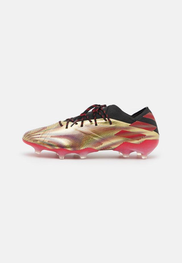NEMEZIZ MESSI .1 FG - Voetbalschoenen met kunststof noppen - gold metallic/scarlet/core black