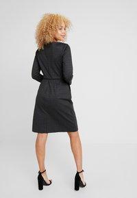 Lauren Ralph Lauren Petite - ESHE 3/4 CAP SLEEVE DAY DRESS - Fodralklänning - grey/black - 3