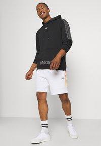 adidas Originals - Shortsit - white/multicolor - 3