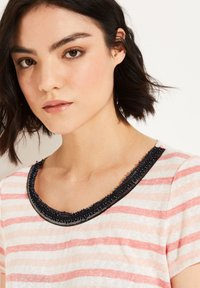 comma casual identity - MIT EMBROIDERY - Print T-shirt - light coral stripes - 3