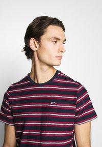 Tommy Jeans - STRIPE TAB TEE - Print T-shirt - twilight navy - 3