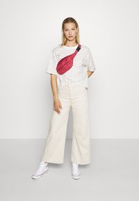 Levi's® - BOXY TEE - T-shirts med print - cyprine tofu - 1