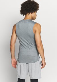 Nike Performance - M NP TOP SL TIGHT - Camiseta de deporte - smoke grey/light smoke grey/black - 2
