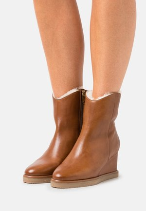 MY KIND - Wedge Ankle Boots - cognac