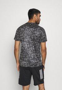 adidas Performance - TEE MEN - Camiseta estampada - grey four - 2