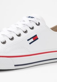 Tommy Jeans - WMNS LEATHER CITY SNEAKER - Matalavartiset tennarit - white - 2