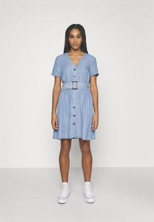 ONLMARY BUCKLE BELT DRESS - Denimové šaty - light blue denim