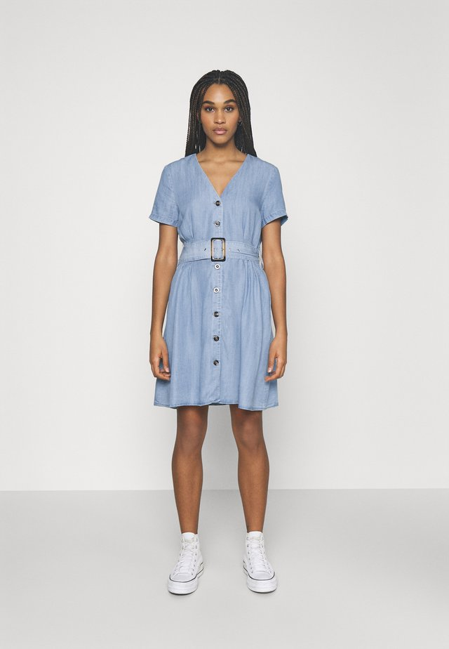 ONLMARY BUCKLE BELT DRESS - Denimové šaty - light blue denim