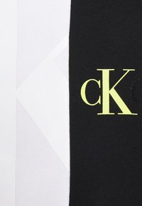 Calvin Klein Jeans - BLOCKING RELAXED FIT UNISEX - Sweat à capuche - bright white - 2