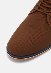 ALDO - EOWOALIAN - Zapatos con cordones - cognac - 6