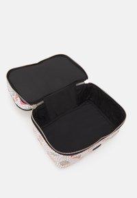 PARFOIS - MULTIPURPOSE PURSE VALENTINE XL - Kosmetická taška - white - 3