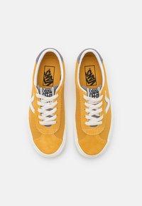 Vans - SPORT UNISEX - Sneaker low - honey gold/marshmallow - 3