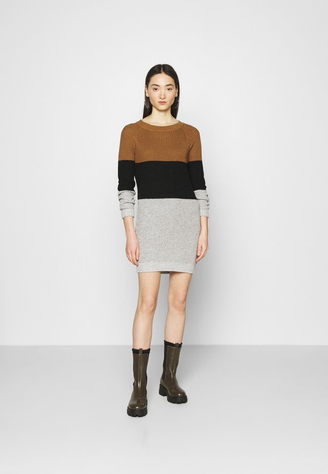 NMSIESTA O NECK BLOCK - Strikket kjole - toasted coconut/black