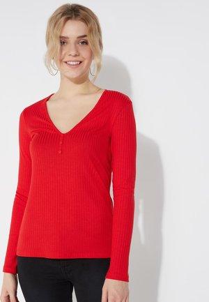 MIT KLEINEN KNÖPFEN - Long sleeved top - red lipstick