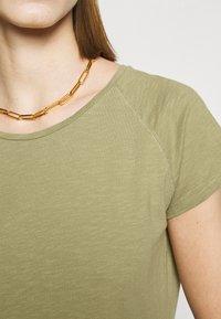 CLOSED - WOMEN´S - Jednoduché triko - green umber - 4