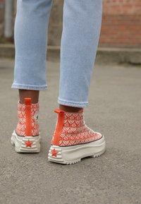 Converse - RUN STAR HIKE - Sneakers hoog - bright poppy/egret/black - 2