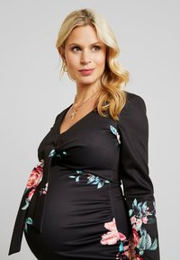 True Violet Maternity - PLUNGE FRONT TIE BODYCON - Kotelomekko - red floral - 4