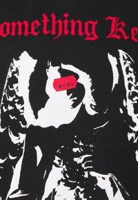 PRAY - CALLING ME UNISEX - Print T-shirt - black - 2