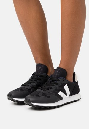 SDU - Trainers - black/natural