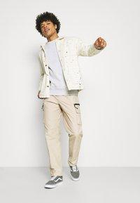 Obey Clothing - WARFIELD TREK PANT - Reisitaskuhousut - humus - 1