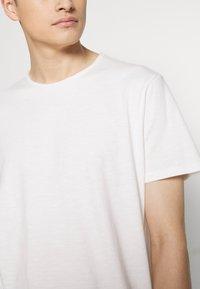 Jack & Jones PREMIUM - JJEASHER TEE O-NECK NOOS - Basic T-shirt - cloud dancer - 5