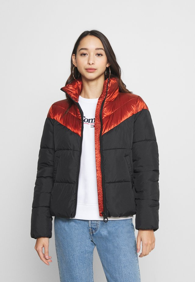 ONLMAGGIE SHORT QUILTED JACKET  - Giacca invernale - red ochre/black