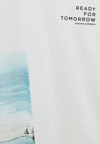 PULL&BEAR - MIT STRANDMOTIV - Print T-shirt - off-white - 5