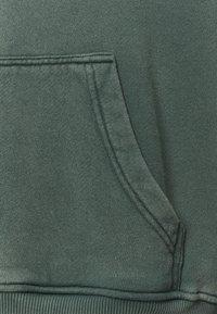 oftt - HEAVYWEIGHT HOODED RAGLAN - Huppari - fade out green - 5