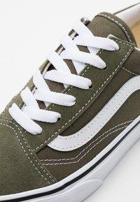 Vans - OLD SKOOL UNISEX - Trainers - grape leaf/true white - 5