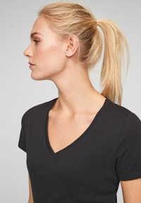 QS by s.Oliver - Basic T-shirt - black - 3