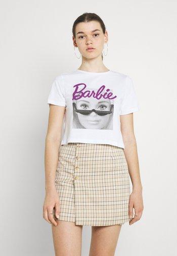 NMFRAN CROPPED BARBIE LICENSE - Print T-shirt - bright white