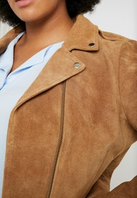 CAPSULE by Simply Be - BIKER JACKET - Faux leather jacket - camel - 5