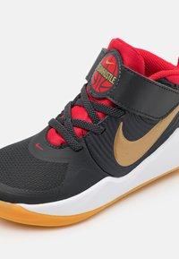 Nike Performance - TEAM HUSTLE 9 UNISEX  - Basketball shoes - dark smoke grey/metallic gold - 5