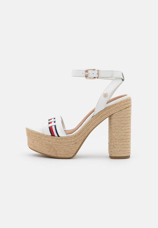 INTERLACE - Sandalen met plateauzool - ecru
