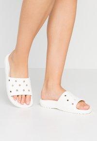 Crocs - CLASSIC SLIDE - Sandály do bazénu - white - 0