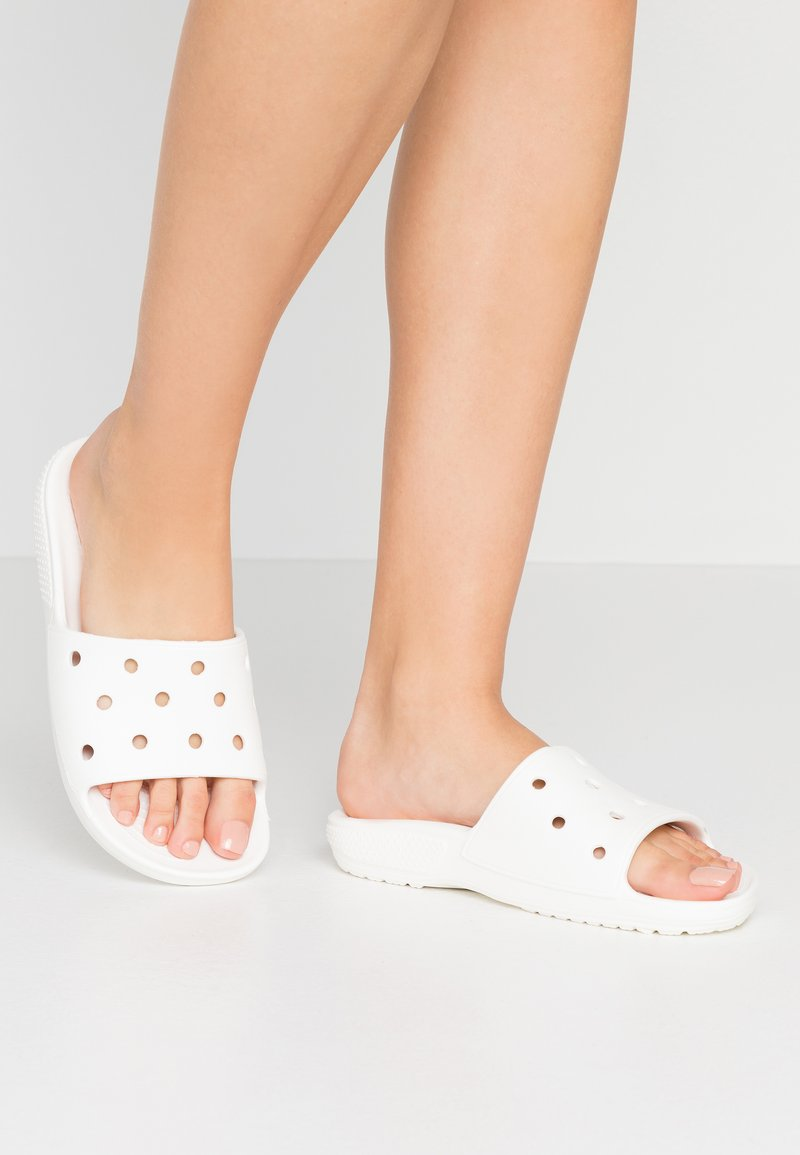 Crocs - CLASSIC SLIDE - Sandály do bazénu - white