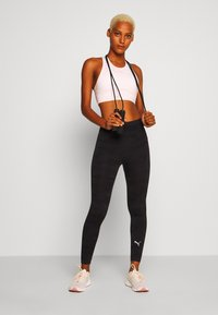 Puma - EVOKNIT SEAMLESS LEGGINGS - Medias - black - 1