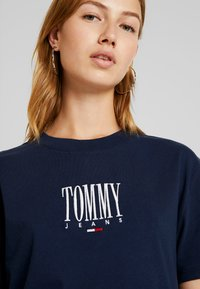 Tommy Jeans - EMBROIDERY GRAPHIC TEE - Print T-shirt - black iris - 4