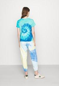 Polo Ralph Lauren - TIE DYE BEAR SHORT SLEEVE - T-shirt con stampa - blue jerry - 2