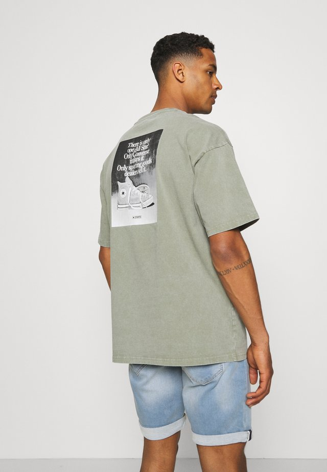 CHUCK TAYLOR WASHED ARCHIVE ONLY ONE TEE UNISEX - Print T-shirt - olive