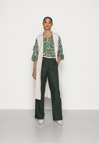 Marc O'Polo - BLOUSE LONG SLEEVE SLIT IN - Blouse - green/white - 1