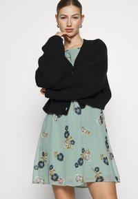 Vero Moda - VMFALLIE BELT DRESS - Hverdagskjoler - green milieu - 3