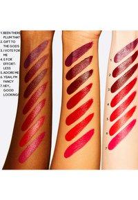 MAC - LOVE ME LIQUID LIPCOLOUR - Liquid lipstick - hey, good looking! - 2