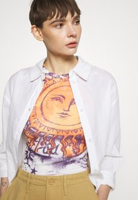 BDG Urban Outfitters - BIG SUN BABY TEE - T-shirts med print - white - 3