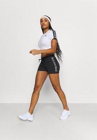 Champion - SHORTS - Pantalón corto de deporte - black - 1