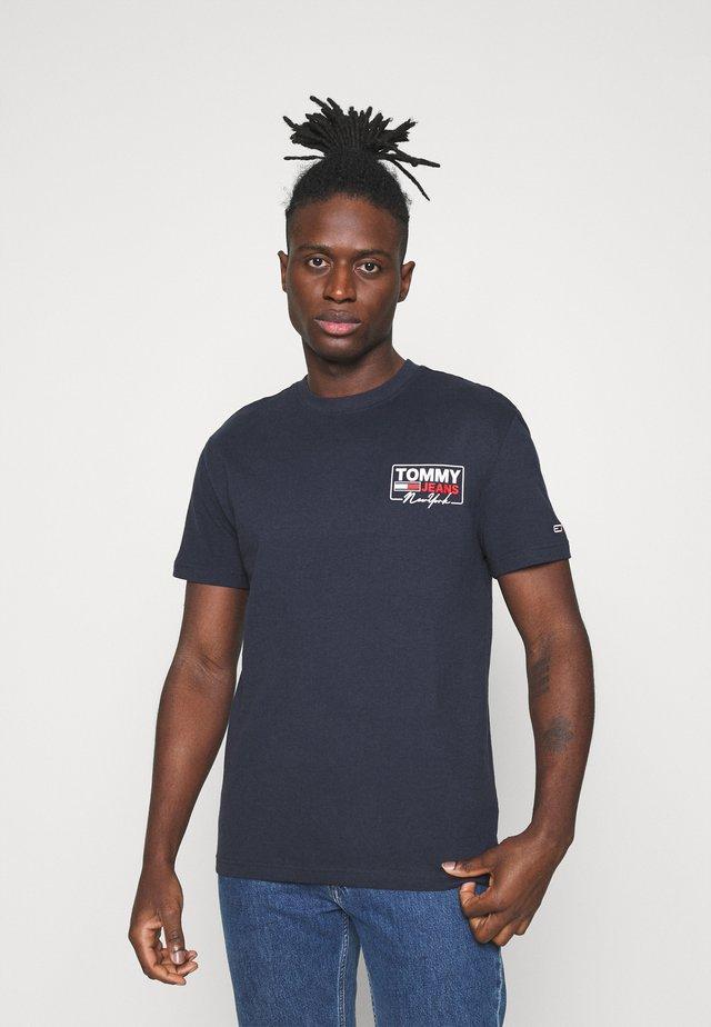 SCRIPT BOX BACK LOGO TEE UNISEX - Print T-shirt - twilight navy
