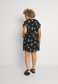 Vero Moda Curve - VMSIMPLY EASY TIE SHORT DRESS - Denní šaty - black/ann - 2