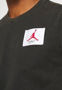 Jordan - FLIGHT ESSENTIALS CREW - Print T-shirt - black - 5