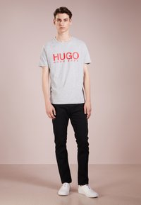 HUGO - DOLIVE - T-shirt con stampa - open grey - 1