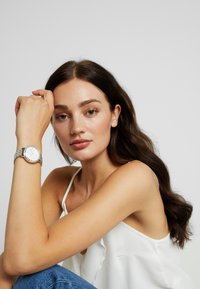 Fossil Smartwatches - JACQUELINE HYBRID - Watch - silver-coloured - 0